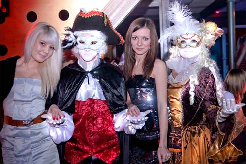 Вечеринка в венецианском стиле.  Персонажи: Пять женских и четыре...
